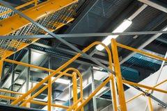 Metalltrappuppgång, industriell abstrakt inre Royaltyfri Fotografi