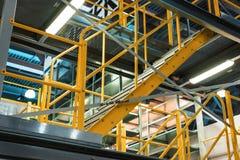 Metalltrappuppgång, industriell abstrakt inre Arkivfoton