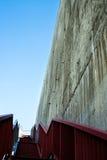 Metalltreppe auf der grauen Betonmauer Lizenzfreies Stockbild