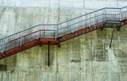 Metalltreppe auf der grauen Betonmauer Lizenzfreie Stockfotografie