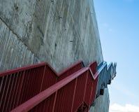 Metalltreppe auf der grauen Betonmauer Stockfotos