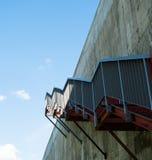 Metalltreppe auf der grauen Betonmauer Stockbilder