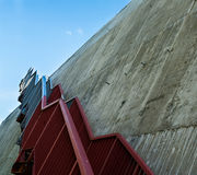 Metalltreppe auf der grauen Betonmauer Stockfotografie