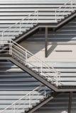 Metalltreppen, die hinunter modernes Ziegelsteingebäude führen Lizenzfreie Stockfotos