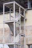 Metalltreppen, die hinunter modernes Ziegelsteingebäude führen Lizenzfreies Stockfoto