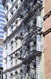 Metalltreppen, die hinunter modernes Ziegelsteingebäude führen Stockfotografie