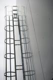 Metalltreppen, die hinunter modernes Ziegelsteingebäude führen Lizenzfreie Stockfotografie