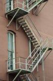 Metalltreppen, die hinunter modernes Ziegelsteingebäude führen Stockfotos