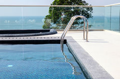 Metalltreppenhaus zum Swimmingpool stockbild