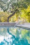 Metalltreppenhauseingang zum Pool Lizenzfreies Stockfoto