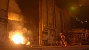 Metallurg aan het werk door de ontploffingsfurnance, ijzer en staalwerken stock footage