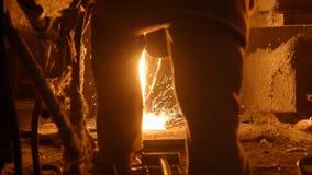 Metallurg aan het werk door de ontploffingsfurnance, ijzer en staalwerken stock videobeelden