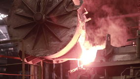 Metallurgical arbeten, smält metallproduktion på gjuterifabriken stock video