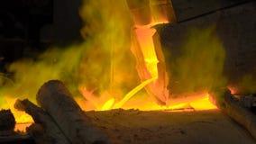 Metallurgical produktion Den smälta metallen häller från pannan, den varma flytanden är mycket farlig stock video