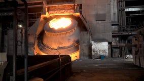 Metallurgical shoppa med den stora vaten och den smälta stålinsidan, begrepp för tung bransch Materiellängd i fot räknat Varm stå royaltyfri fotografi