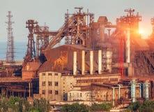 Metallurgical växt på den färgrika solnedgången industriell liggande ST Royaltyfri Foto