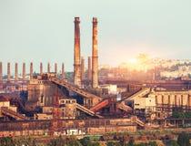 Metallurgical växt på den färgrika solnedgången industriell liggande ST Arkivbilder
