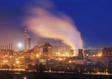 Metallurgical växt på natten Stålfabrik med fabriksskorsten Arkivbild