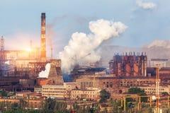 Metallurgier planterar i Ukraina på solnedgången Stålfabrik med smog Royaltyfria Bilder