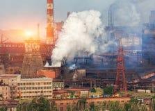 Metallurgier planterar i Ukraina på solnedgången Stålfabrik med smog Royaltyfri Bild