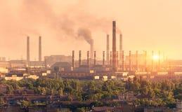 Metallurgier planterar på solnedgången Stål maler Fabrik för tung bransch Arkivbilder