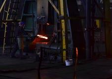 Metallurgische Anlage der Schwerindustrie funkt Ofen metall Anlage für die Produktion des Stahls stockbild