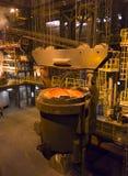 Metallurgische gietlepel met staal stock foto's