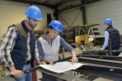 Metallurgische ingenieurs die samenwerken royalty-vrije stock afbeelding