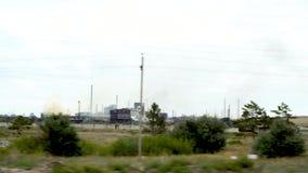 Metallurgische installatie in de stad van Temirtau, Kazachstan Op de horizon zijn er schoorstenen die de atmosfeer verontreinigen stock footage