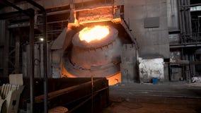 Metallurgische winkel met groot binnen vat en gesmolten staal, zware industrieconcept Voorraadlengte Heet staalvat bij royalty-vrije stock foto