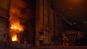 Metallurgist på arbete vid de tryckvågfurnance-, järn- och stålarbetena stock video