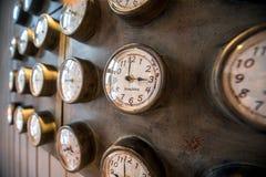 Metallvägg med gamla utformade klockor Royaltyfri Foto