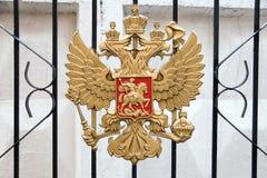 Metallvapenskölden av Ryssland på portgallret Royaltyfri Foto