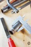 Metallverarbeitungswerkzeuge auf dem hölzernen Werktisch Lizenzfreies Stockfoto