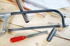 Metallverarbeitungswerkzeuge, die auf dem hölzernen Werktisch liegen Stockfotos