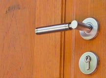 Metallverriegelung auf hölzerner Tür Stockfotos
