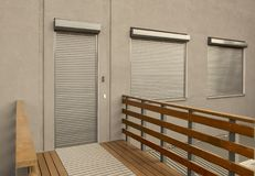 Metallvorhänge auf den Türen und den Fenstern der Fassade des Hauses Lizenzfreie Stockfotos
