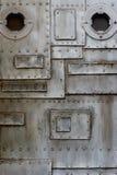 Metallwand mit Öffnung Stockfotos