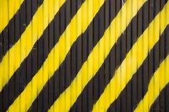 Metallwand mit den gelben und schwarzen breiten diagonalen Linien Raue Oberfl?chen-Beschaffenheit lizenzfreies stockfoto