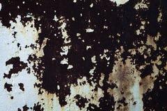 Metallwand mit schäbigem Gips stockfoto