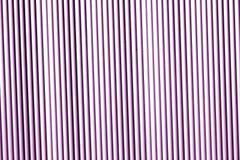 Metallwandbeschaffenheit im purpurroten Ton Stockfotos