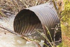 Metallwasser-Abflussrohr Stockbilder