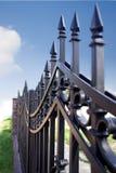 Metallzaun über blauem Himmel Lizenzfreies Stockfoto