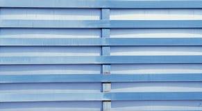 Metallzaun der blauen Farbe mit Rost stockfotos