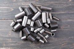 Metallzylinder auf dunklem Hintergrund Lizenzfreie Stockfotografie