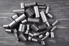 Metallzylinder auf dunklem Hintergrund Stockbilder