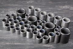 Metallzylinder auf dunklem Hintergrund Stockbild
