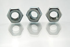 Metalmuttern und -reflexionen stockfoto