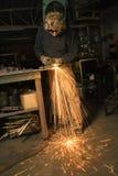 Metalsmith que crea chispas. Fotografía de archivo