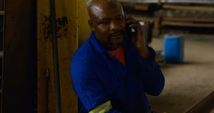 Metalsmith que habla en el teléfono móvil 4k